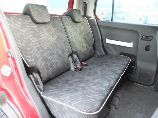 後部座席も大人2人がゆったりと座れるスペースを確保しております!天井が高いのでより広さを感じることが出来ます!
