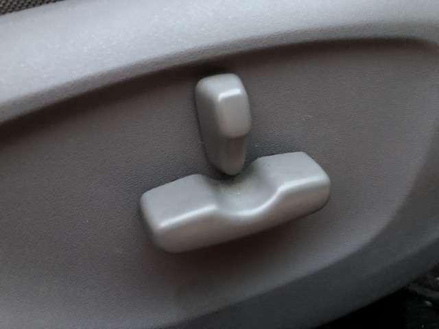 パワーシートになっておりますのでドライビングポジションの調整が楽々です♪調整幅も細かいのでお好みの位置に調整ができますね♪