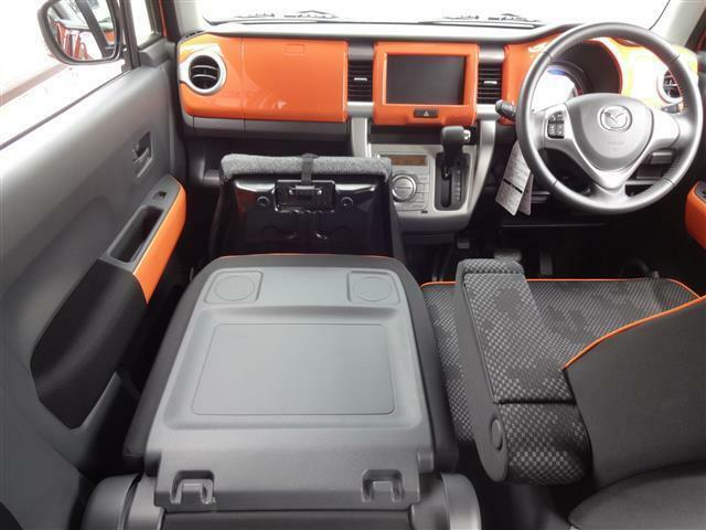 なんと!助手席シートをバタンと倒せばテーブルに変身。長距離ドライブの際、ホット一息つける場所になりますよ。