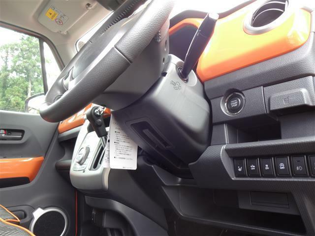 運転席下に隠れてるアイテムみっけ!運転される方の体格に合わせてハンドルを上下できるんです。