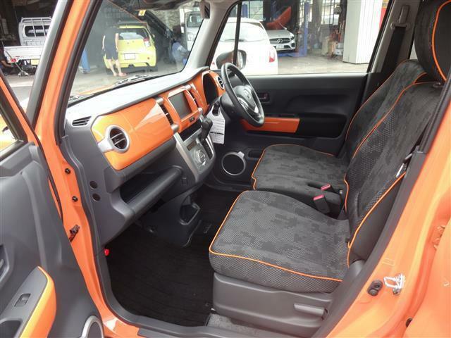 助手席の図。内装色もオレンジがあしらってありお洒落度アップ。