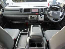 運転席エアバッグ/ABS/VSC(横滑り防止機能)/スマートキー/イモビライザー/純正ナビゲーション/純正ビルトインETC車載器/フロントオートエアコン/リヤクーラー/リヤヒーターが装備されています。