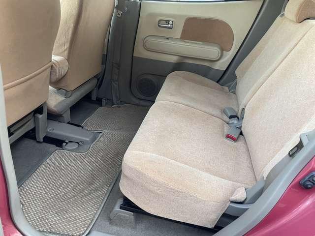 2列目のシートもご覧の通りとてもキレイな状態です♪体の大きな方が乗ってもゆったりと余裕のある快適な座席です♪足元も広く窮屈感を感じない車内になっています♪