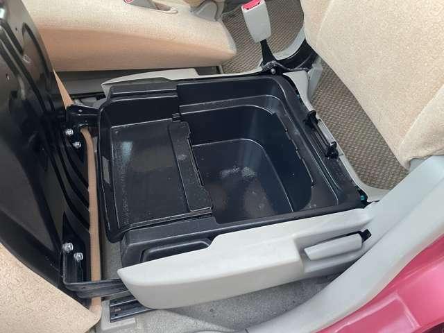 収納スペースがとても多い車両となっております♪座席の下にも収納スペースがございますので荷物が多い時などにはとても役に立ちますね♪
