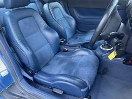 シート&インパネはボディと同じ青系の内装になっております♪シートはハーフレザーシートになりますので高級感◎でございます♪