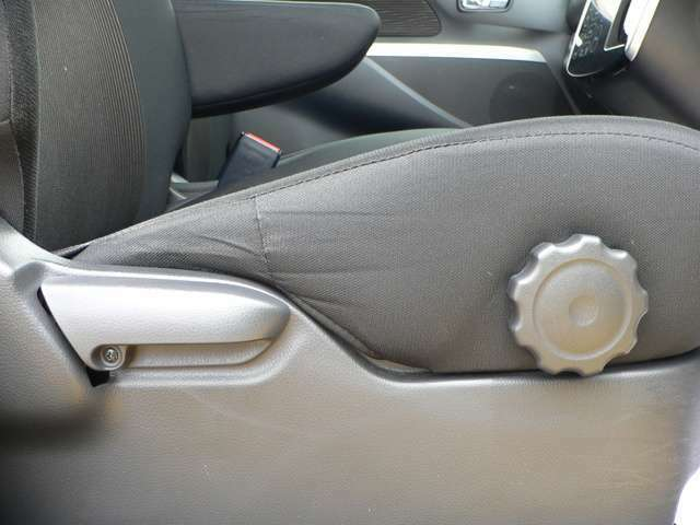 運転席のシートは、スライド・高さ調整ができるので自分に合ったポジションを確保できます。