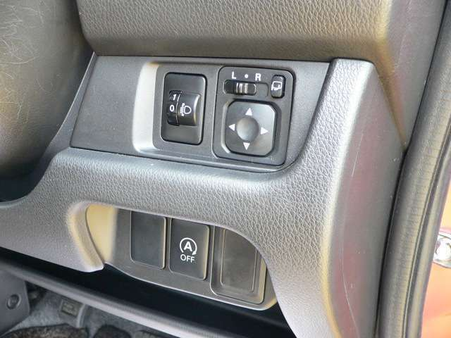 電動格納式ドアミラーのスイッチがついているので、ミラーの調整・格納が簡単にできます。