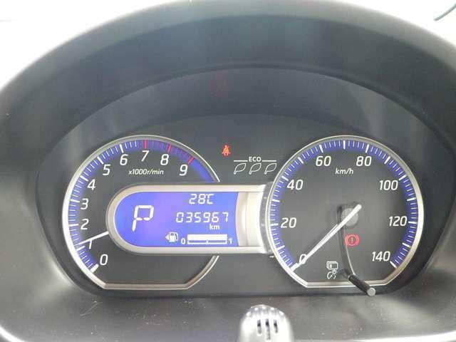 メーターは、青く輝くディスプレイにタコメーター付きハイコントラストメーターです。平均燃費・温度なでの情報もチェックできます。