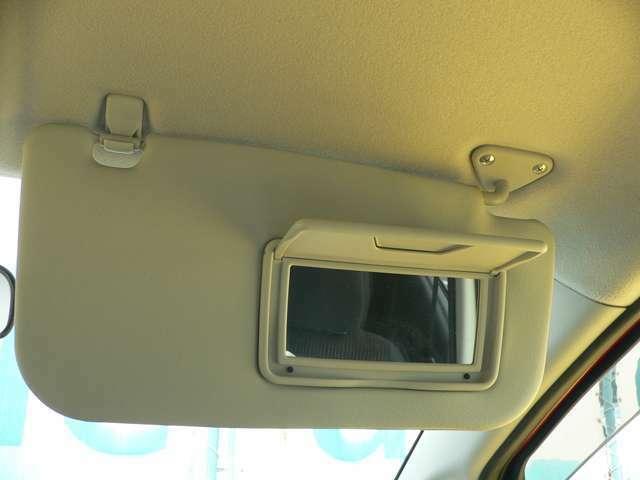 運転席バイザーには、ミラーとカード差しがついています。