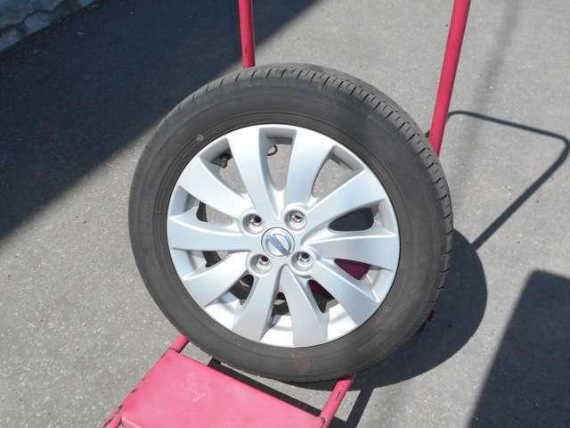 夏タイヤには純正アルミ (タイヤの残り溝は約6ミリです。)