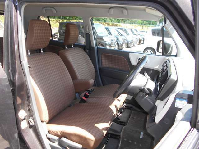 運転席&助手席  運転席にはシートリフター(高さ調整機能)付き! 中央部にはアームレスト(肘掛)を装備。