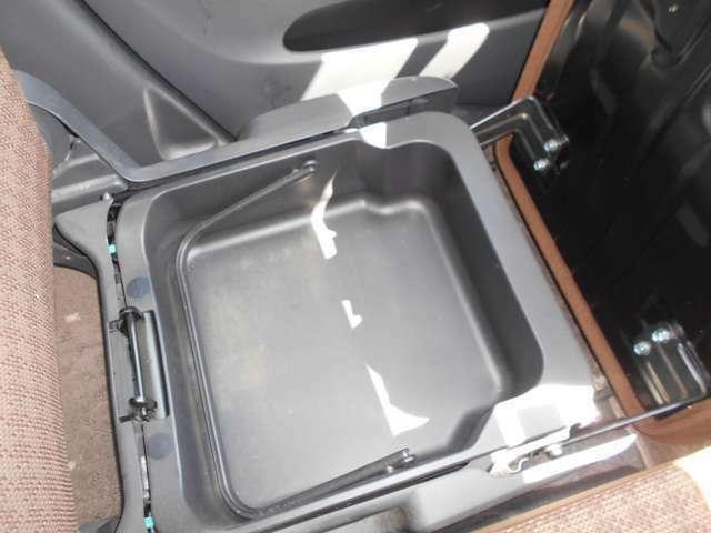 助手席シート下には大きな収納部。