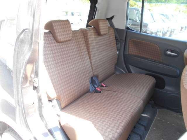 後席はリクライニング機能付きでゆったり出来ます。