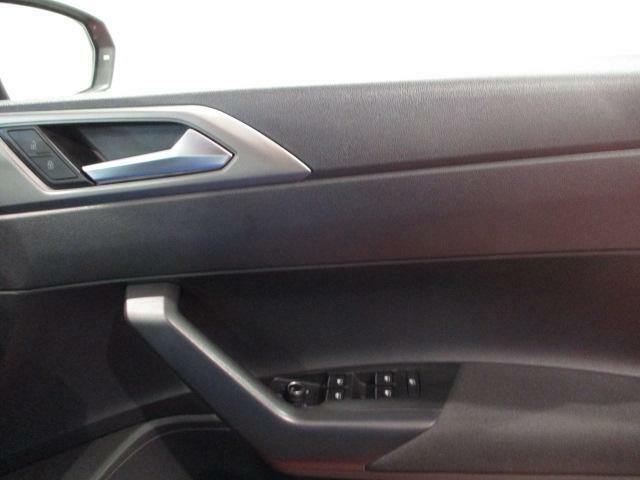 アームレストに電動格納式リモコンドアミラースイッチ、ヒーター付きで視界もスッキリ!