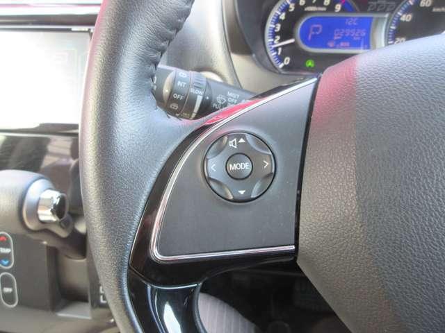 ステアリングスイッチ装備しています。運転中でもハンドルから手を放さずにナビの操作などが可能です。