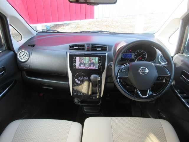 運転席周りです。車内のデザインもとても素敵でつい乗ってみたくなりますね。