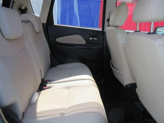 後部座席周りです。車内は綺麗な状態で展示していますので試乗などをご希望の方はぜひお申し付けください。
