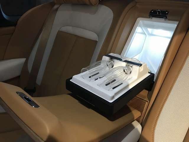 ロールスロイス定番の、クールボックス・シャンパングラスも装備しております。