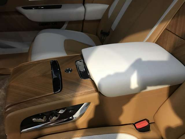 後席は、フル電動シートに加えて、シートベンチレーションも装備しております。