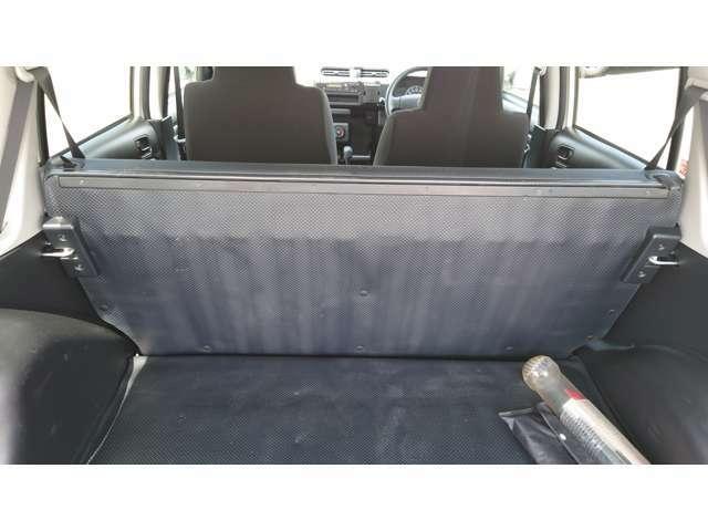 セカンドシートを前に倒して荷室を更に広くとることができます。