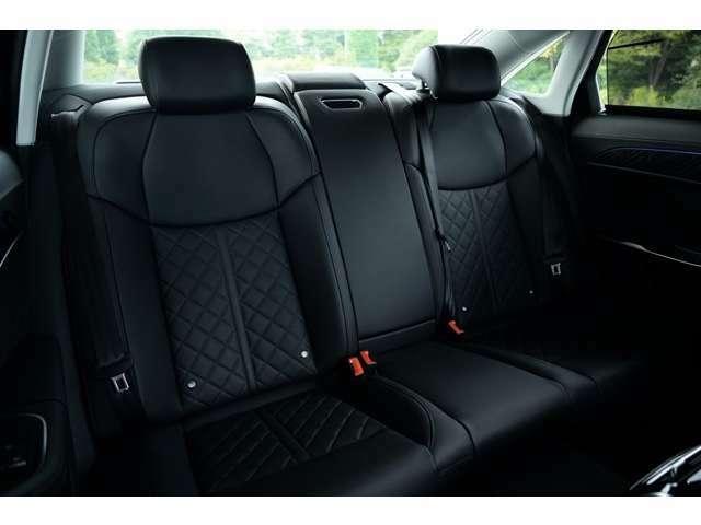 空間に余裕のあるリアシートは適度な柔らかさで長距離・長時間の移動を快適に過ごす事ができます。中央席を含めて、全席に3点式シートベルトとヘッドレストが装着されており、安全に寄与します。