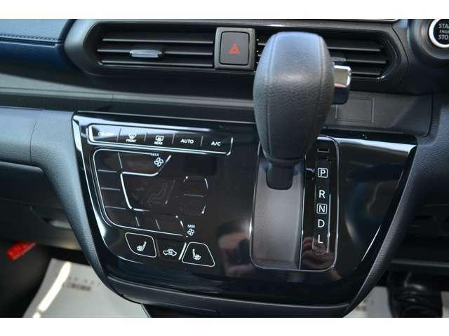 見やすく使いやすいタッチパネル式フルオートエアコン。