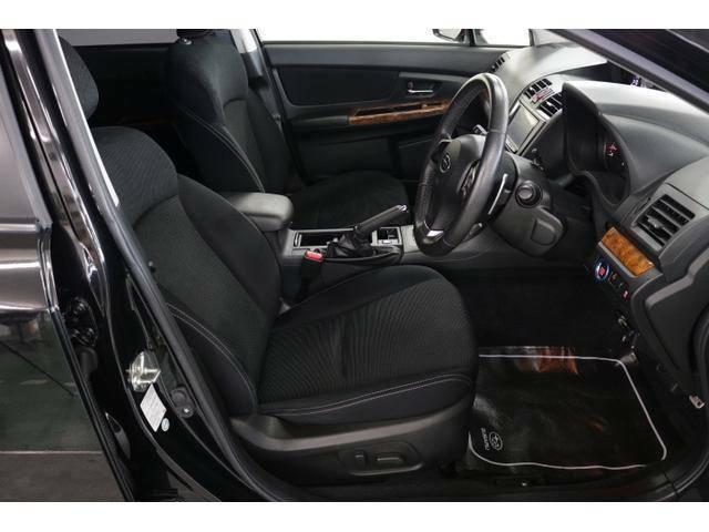 フロントシートは前方をしっかり見渡せるよう、シート座面を高めに設定してあります!サイド部も身体全体をサポートする形状になっているので、ロングドライブでも疲れにくいシート設計です!!