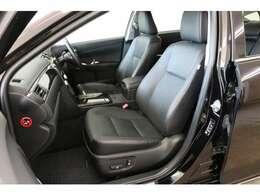 ゆとりのある室内空間にはレザーシートがよく似合いますね。現車の革の状態も距離の割に大変良いです。サイドカーテンエアバッグやニーエアバッグなども装備されておりますので安全性も高いです。