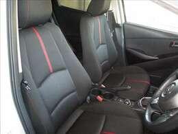 運転席はブラックを基調とした厚手の布地を採用しています。座り心地やサポート感も良好です。また、デミオは運転席に正しく着座すれば、ドライバーと車体が正対するようにシートセッティングされています。