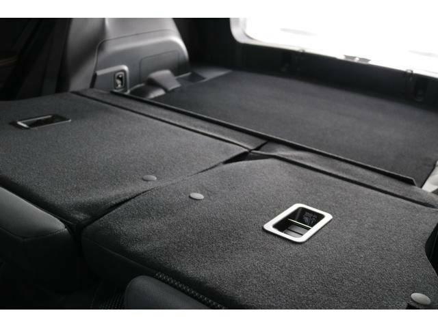 リヤシートを倒すと、荷室とほぼフラットにつながります!左右個別にシートが倒せるため、荷室の拡張が自由にできます