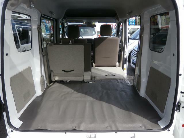 後席はご覧のように足元に格納することができるのです!ただでさえ広い荷室が更に広ぉ?くなるのです!畳1畳分ぐらいの広さがあるんですって!すごいでしょ?