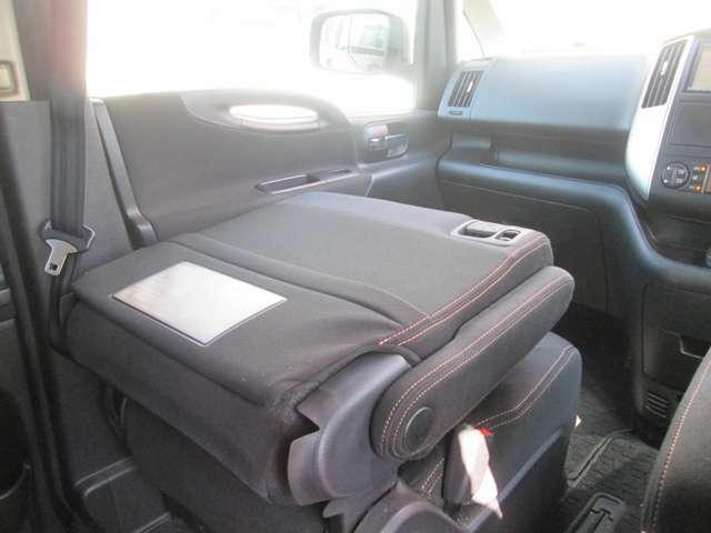 助手席のシートバック平らになりテーブルになります