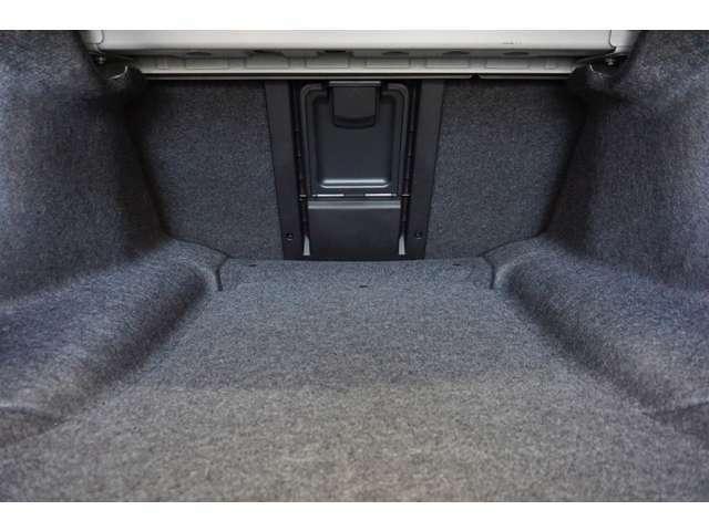 後部座席からトランクスルー機能もあります。