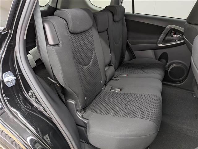 セカンドシートは大人二人がゆったり乗れる空間がございます。