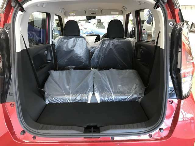 大型テールゲートを採用しております。大きな荷物も楽々収納可能です!