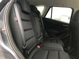 リアシートも厚みのあるシートでホールド感があり、長距離のドライブでも疲れを少なくさせてくれます。