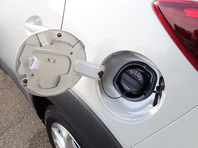 給油キャップが繋がっているので閉め忘れも無くなります。ディーゼルエンジンですので給油は軽油ですよ!