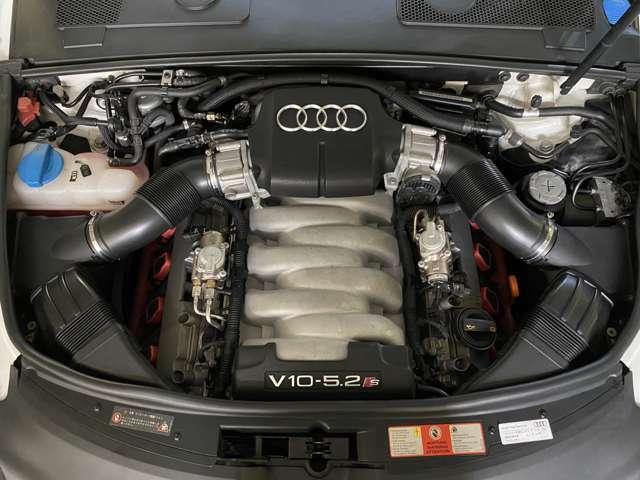 心臓部は新開発5.2リッターV10エンジン!傘下のランボルギーニ「ガヤルド」用V10エンジンの技術に直噴FSIを投入し出力435ps・トルク55.1kgmを搾り出しその気になればV10の咆哮を奏でる!