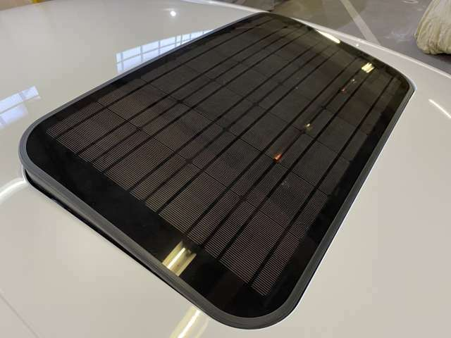 S6のユニークな装備のソーラーサンルーフ!これはソーラーパネルで発電した電気を使って駐車中の車内を換気するという優れもの!真夏の炎天下では重宝する◎サンルーフとしてチルトアップ&スライディングも可能◎
