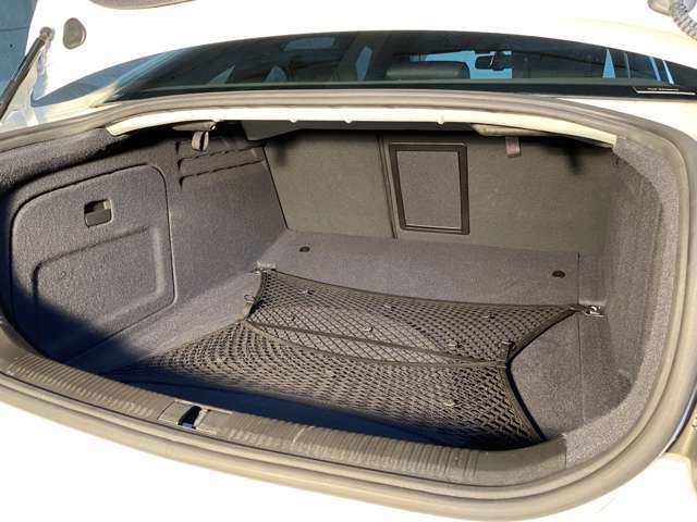 ほぼ未使用のトランクは奇麗◎リアシートは6:4分割可倒式で多彩なシートアレンジ!全て倒すと奥行きは更に広がり大抵の荷物を収納◎フロアボード下にはスペアタイヤとバッテリーを格納し純正車載工具も搭載する◎