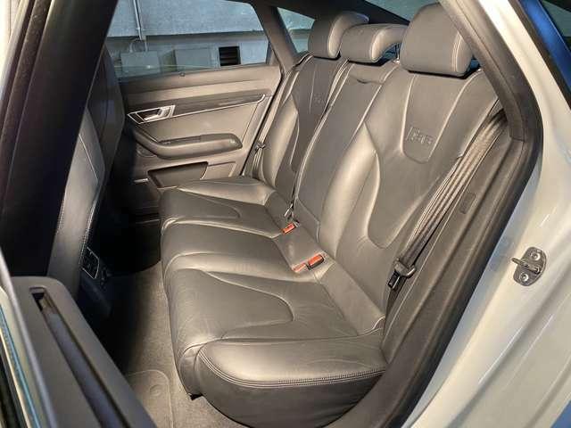 足まわりには5アームウィングデザインの19インチアルミホイールに265/35R19(コンチネンタル製)タイヤを履く◎大径ホイールが装着されているにも関わらずサスペンションはしなやかで全席快適そのもの!