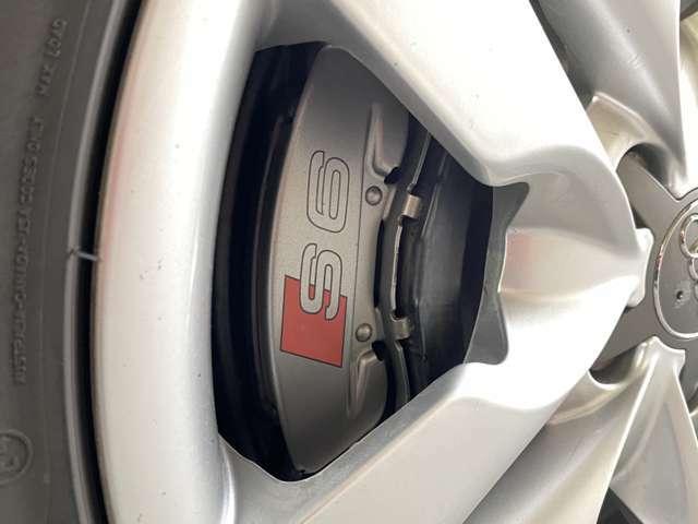 フロント40/リア60という割合でのトルクスプリットを行う4WDシステム「クワトロ」◎S6のシャシーはそんなV10ユニットが放つ400psオーバーのパワーをどんなシーンでもしっかりと受け止めてくれる!