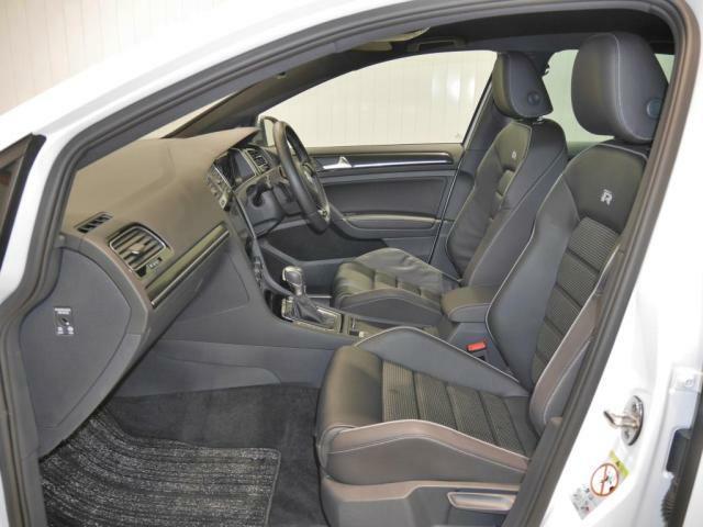 上質な本革を使用したスポーツシートは、優れたホールド性と快適さを高いレベルで両立します。また運転席と助手席には、3段階の温度調節ができるシートヒーターを内臓しました。