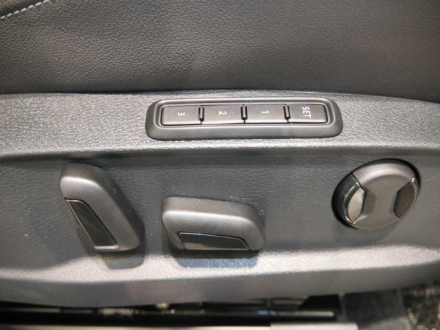 運転席は、パワーシートになっております。リクライニングの前後アジャスト上下アジャストに加え、腰部分の調整できるランバーサポートも電動になっております。シートポジションも3つまでメモリー可能です。