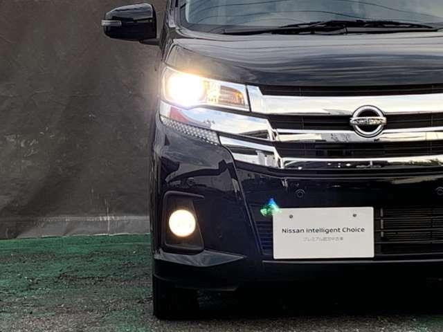 明るく照らすプロジェクタータイプのLEDヘッドライト装備、LEDポジションランプがフェースを引き締めます。
