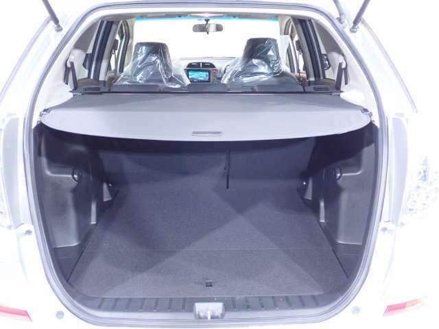 リアのハッチを開けると大きな荷室です。荷室ルームのプライバシーも守れるトノカバーを装備。