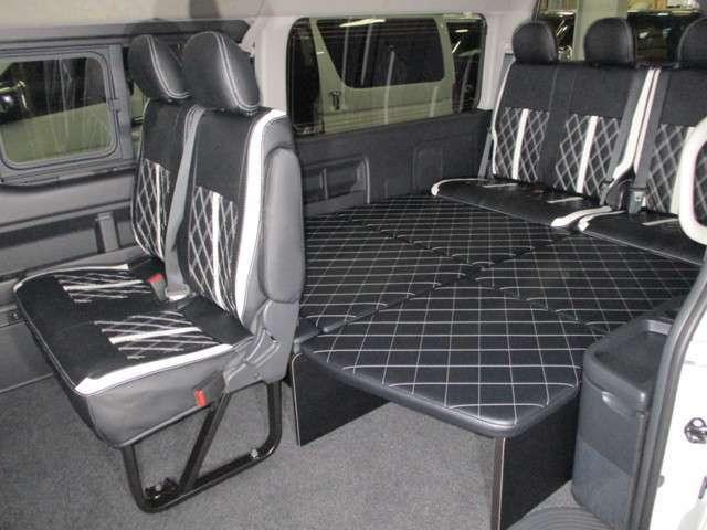 シートカバー&新作W2ベッドキット☆後ろ向き2名座席兼用で10人乗り仕様で御座います☆勿論、車検対応の公認車検を受けております☆