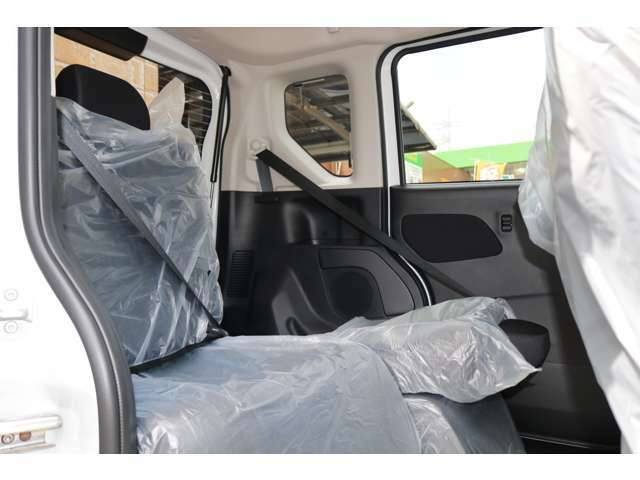 ☆後列シート片側収納☆後列シートを片側だけ格納することにより、3人乗った状態で便利で更に大きな荷物を運ぶ事が出来ます。