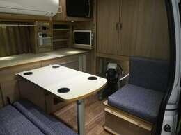 シートアレンジによりベッド下がそのままペットの居住空間となります。シートは防水性、防汚性の高い抗菌PVCシートで、滑りづらい凹凸、傷も目立ちづらい柄を採用。