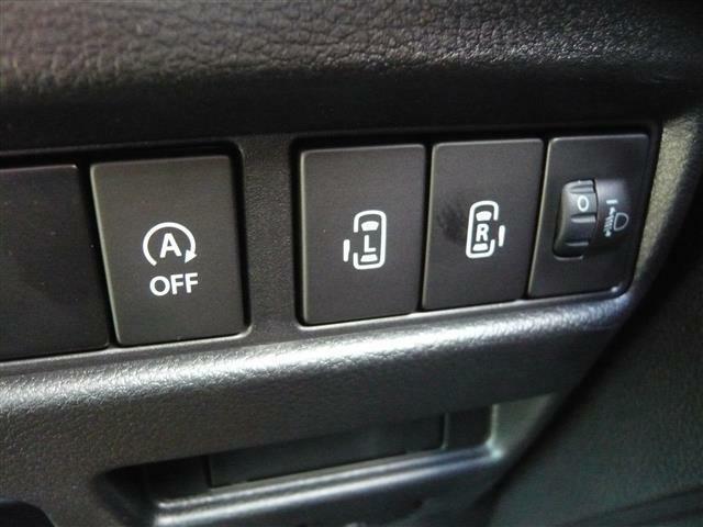 運転手の手元には両側電動スライドドアスイッチ搭載!スイッチを押すだけで自動で開閉してくれる便利な機能!お迎えなどにも使います